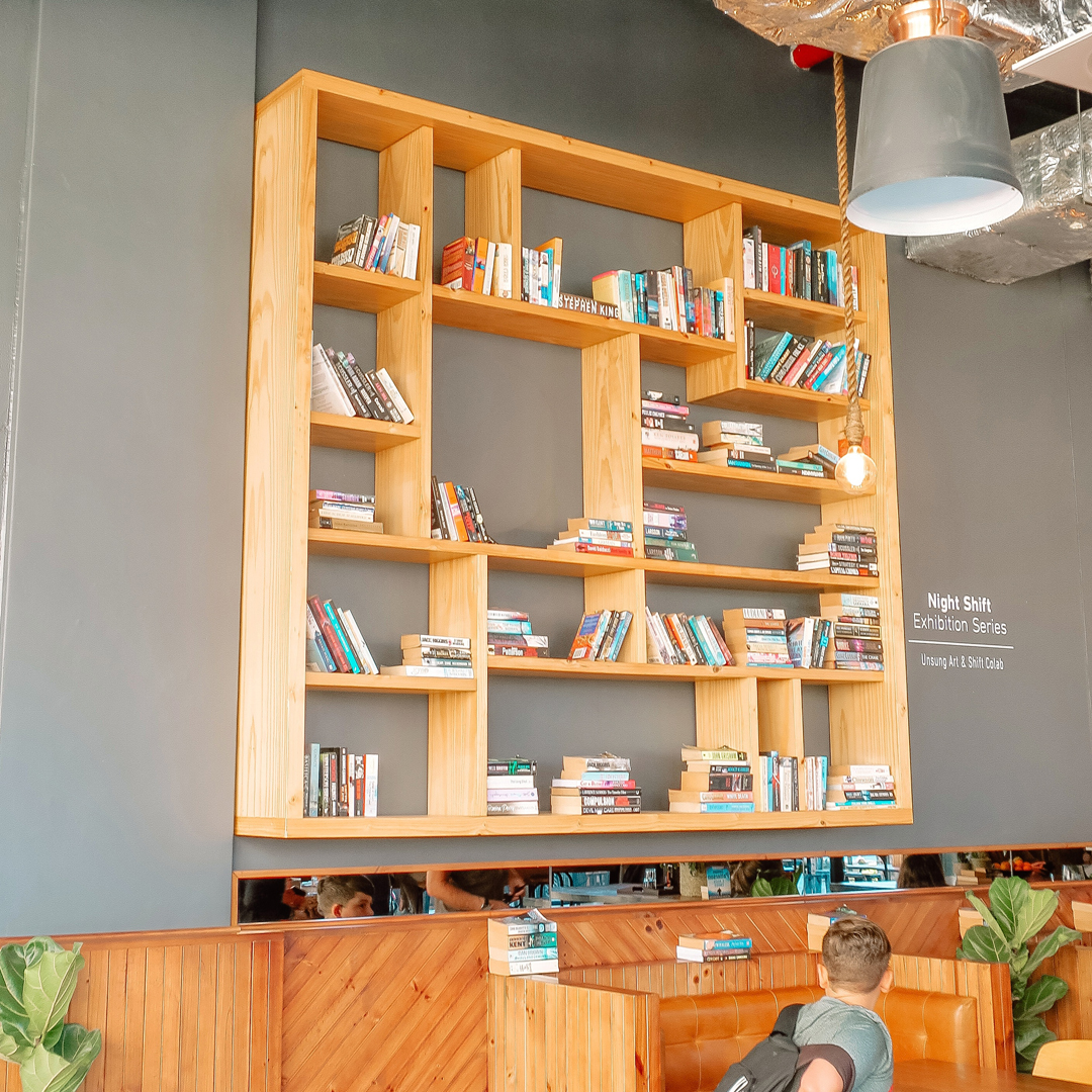 Boekenkast in Kaapstad (Shift Espresso bar - Green Point)