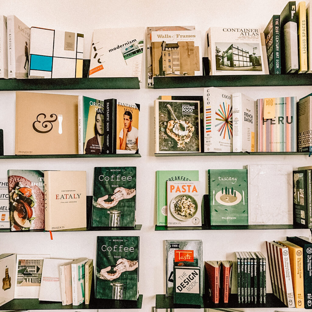 Boekenkast in de woonkamer: planken gebruiken