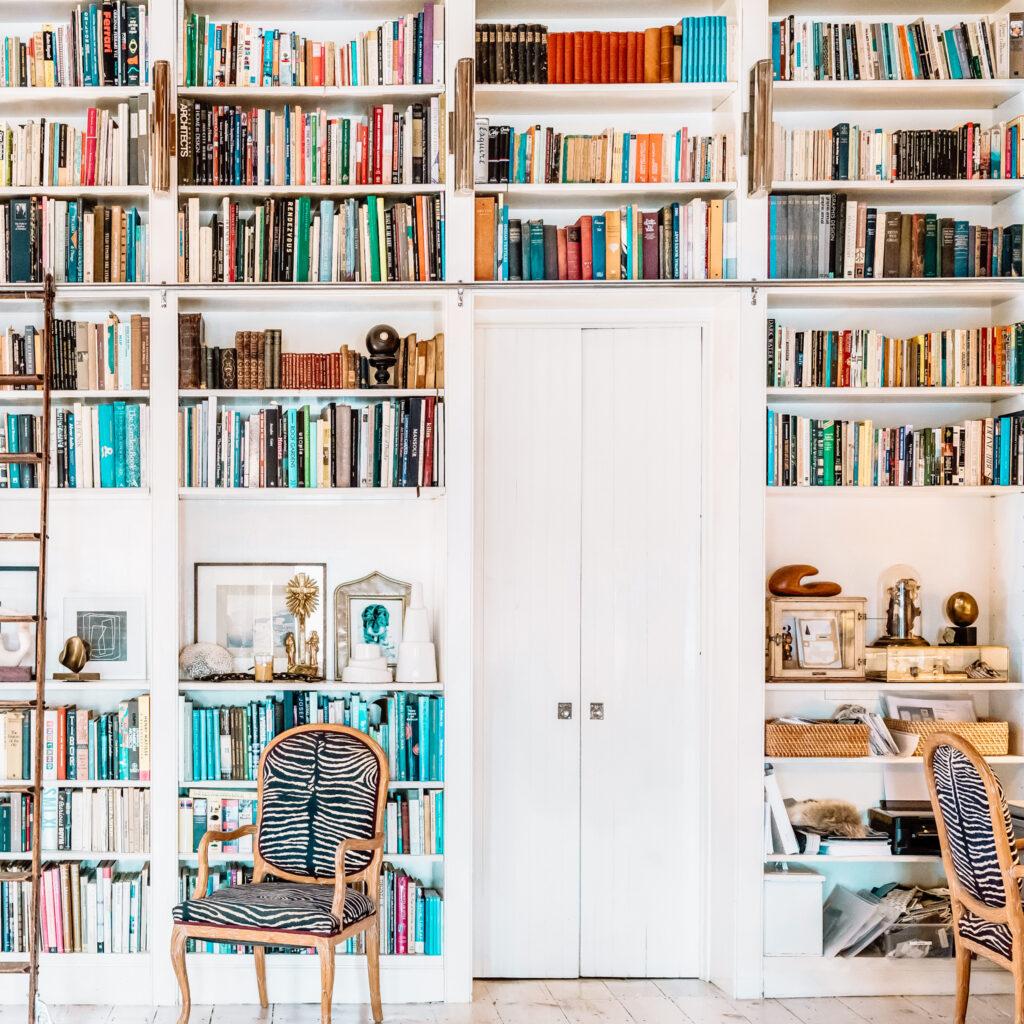Een boekenkast om de deur heen bouwen