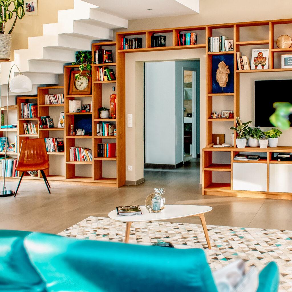 Inspiratie voor een boekenkast in de woonkamer: onder de trap