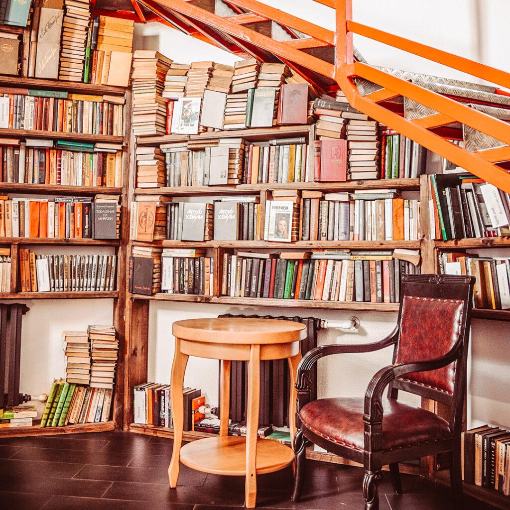 Inspiratie voor een boekenkast onder de trap