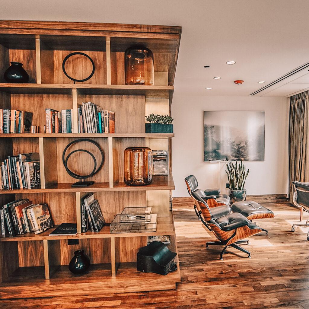 Boekenkast in de hoek van de woonkamer
