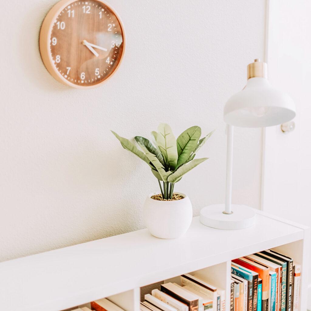 Een lage boekenkast in de woonkamer
