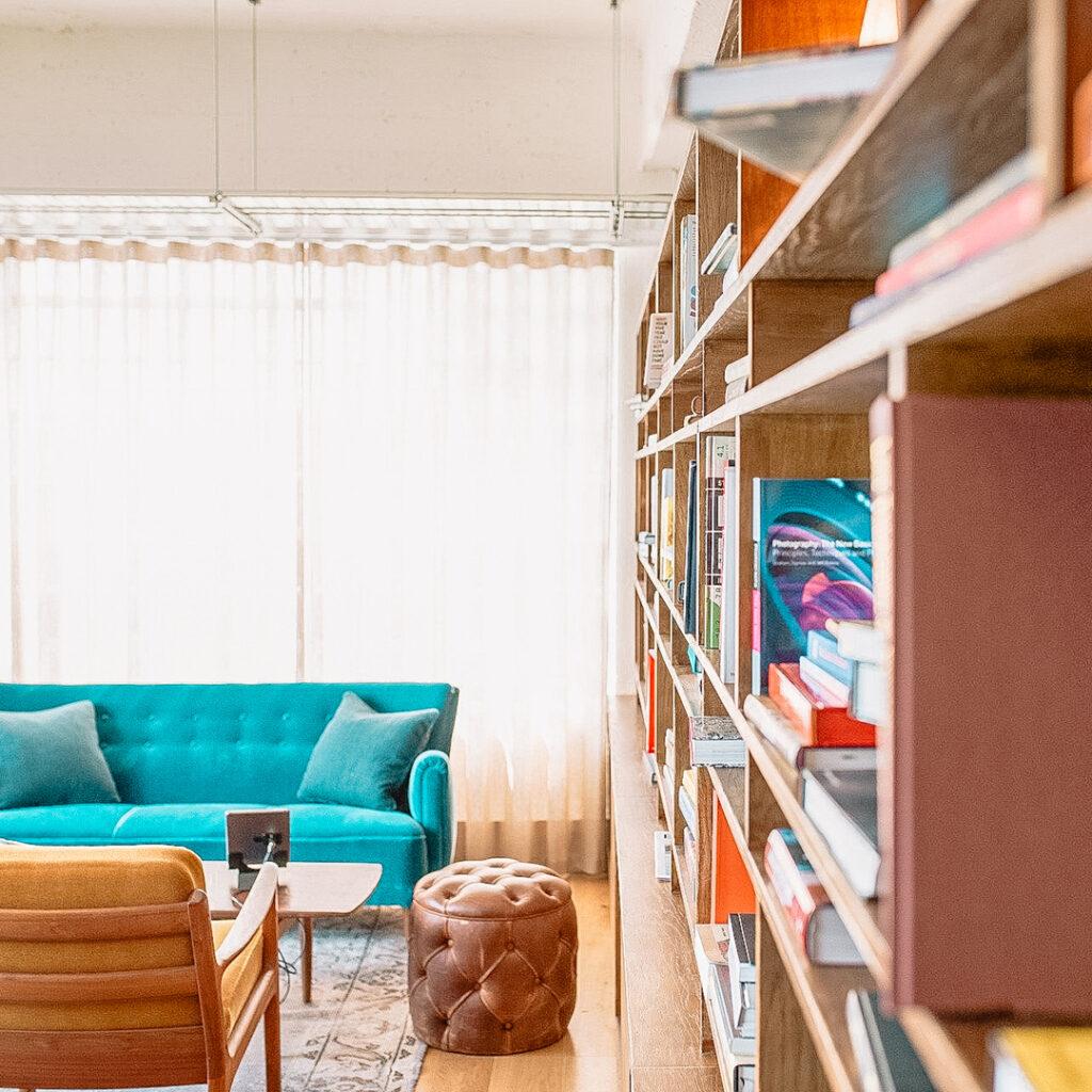 Wand met enorme boekenkast