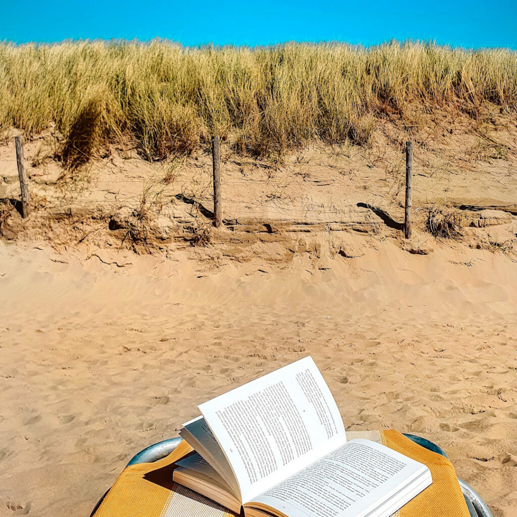 Lezen op het strand in Noordwijk!